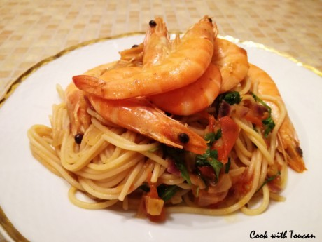 Spaghetti with shrimps, tomatoes and arugula salad