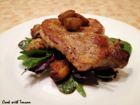 Pork steak with sautéed mushrooms and salad mix